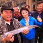 盧秀燕走訪台中魚市場攤商  關心春節供銷價格